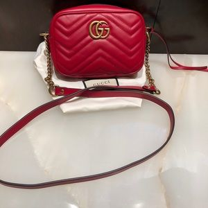 Gucci marmont small matelasse shoulder bag in red